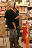 Аврил Лавин, фото 3466. Avril Lavigne at a Sherman Oaks Grocery Store, 2008-12-06, foto 3466