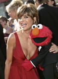 Lisa Rinna Even Elmo wants to see her cleavage Foto 126 (���� ����� ���� Elmo ����� ������ �� ����������� ���� 126)