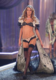 th_10640_fashiongallery_VSShow08_Show-486_122_402lo.jpg